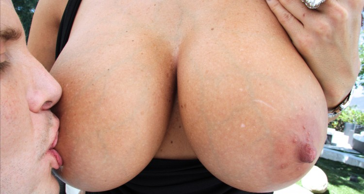 Ava Addams gets her big breasts licked